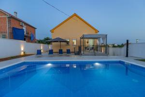 The swimming pool at or close to Villa Family and Friends