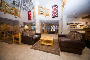 A seating area at Brewster's Mountain Lodge