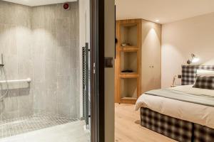A bathroom at Chalet La Halle des Cascades - Mountain Collection