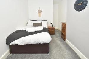 A bed or beds in a room at Hygge style for a busy City! Boothen House