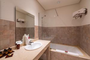 A bathroom at Marrakech Ryads Parc All inclusive