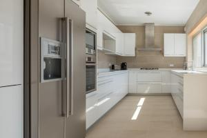 A kitchen or kitchenette at Villa do Golf 9