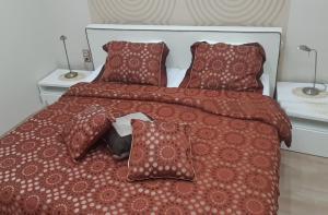 Postel nebo postele na pokoji v ubytování Modern, Quiet & Cozy Apartment in the middle of Downtown near Danube at Fashion street