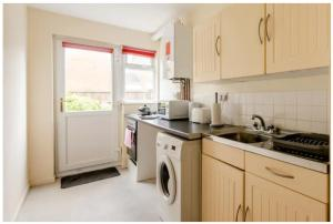 A kitchen or kitchenette at Lovely 1 bedroom maisonette close to Airport, Town and Train Station