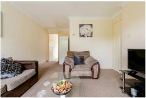 A seating area at Lovely 1 bedroom maisonette close to Airport, Town and Train Station