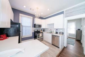 Out of the Blue Great home in the Heart of Galveston Walk to the beach and Pleasure Pier