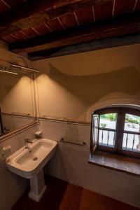 A bathroom at Agriturismo Castello La Grancia di Spedaletto