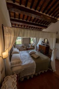 A bed or beds in a room at Agriturismo Castello La Grancia di Spedaletto