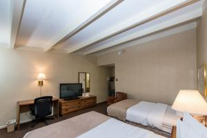 A bed or beds in a room at Windjammer Lodge