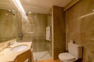 Uma casa de banho em Santa Eufémia Covilhã Hotel