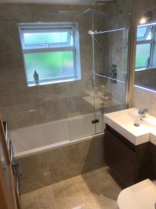 A bathroom at Modern apartment in London