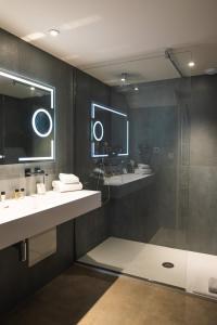 A bathroom at Hôtel 1770 & Spa
