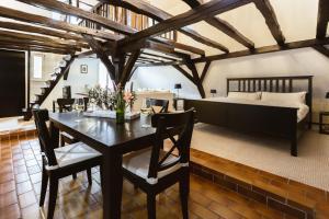 Ein Restaurant oder anderes Speiselokal in der Unterkunft Zur Alten Weinkelter - bezauberndes Fachwerkhaus aus der Spätgotik - 500 Jahre alt
