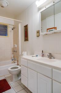 A bathroom at Tiki Beach Hostel