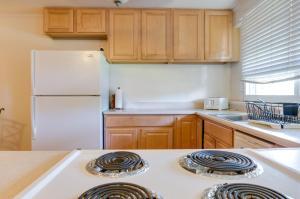A kitchen or kitchenette at Tiki Beach Hostel