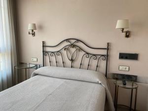 A bed or beds in a room at Hotel Los Molinos