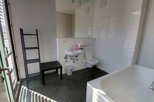 A bathroom at Heart of Gold Hostel Berlin