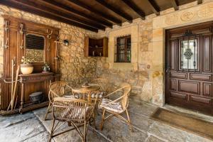 A seating area at Espectacular casa montañesa con piscina