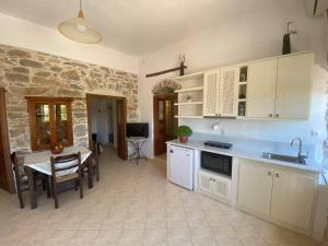 A kitchen or kitchenette at Pension Sofia Amorgos