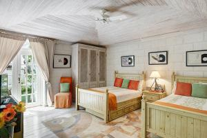 A bed or beds in a room at Old Trees 002 by Barbados Sotheby's International Realty