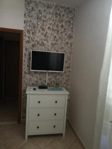 A television and/or entertainment centre at Country House Peace