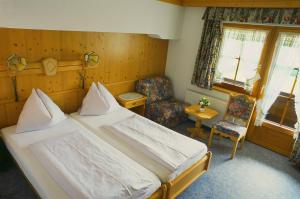 A bed or beds in a room at Kaiserhotel Neuwirt
