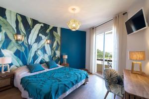 """Łóżko lub łóżka w pokoju w obiekcie """"Cap Riviera"""" Hotel & Restaurant Saint Aygulf"""