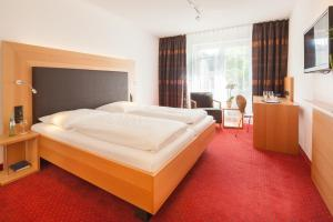 A bed or beds in a room at Hotel Der Achtermann