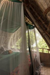 سرير أو أسرّة في غرفة في Chumbe Island Coral Park