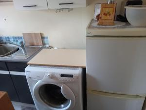 A kitchen or kitchenette at Leicester Room for 1 or 2 Females Bathroom shared with 2 females