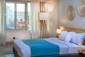 Кровать или кровати в номере Redcon Suites
