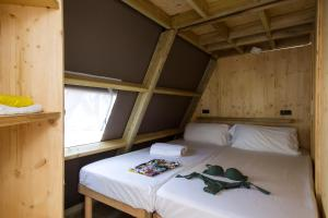 Een bed of bedden in een kamer bij Tamarit Beach Resort