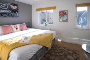 A bed or beds in a room at Bank Side House by KVM Serviced Accommodation