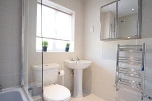 A bathroom at Bank Side House by KVM Serviced Accommodation