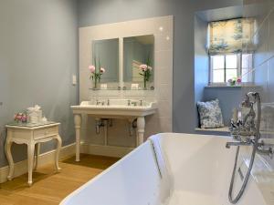 A bathroom at Mortons Manor