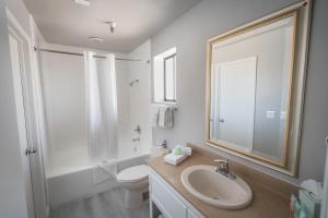 Bilik mandi di Alexis Park All Suite Resort