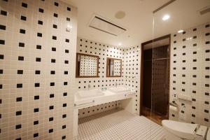 A bathroom at 東邦ホテルゾンク博多