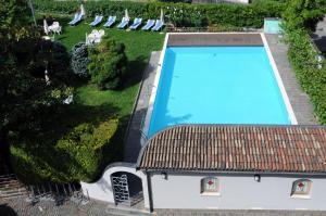 Vista sulla piscina di Albergo alla Torre Siegler Im Thurm o su una piscina nei dintorni