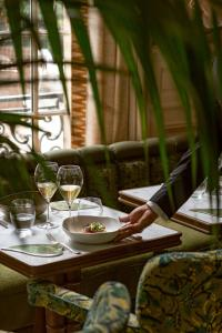 A restaurant or other place to eat at Saint James Paris