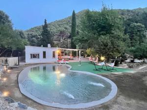 Casa rural El Jardi con jardin y piscina privada