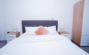 A bed or beds in a room at Spacious Urban City Apartment