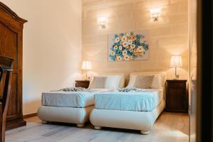 Een bed of bedden in een kamer bij Palazzo Violetta Boutique