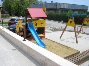 Ein Kinderspielbereich in der Unterkunft Apartment Obzor Bulgaria