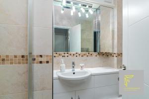A bathroom at GuestReady - Cosy Wimbledon Studio Flat