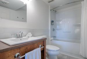 Ванная комната в Auberge Handfield et Spa