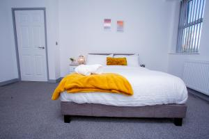 A bed or beds in a room at Cosy Executive City Apartment