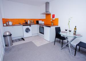 A kitchen or kitchenette at Cosy Executive City Apartment
