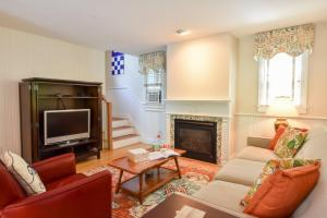 A seating area at 148 Quiet Neighborhood Spacious Private Outdoor Living Walk to Commercial St Dog Friendly