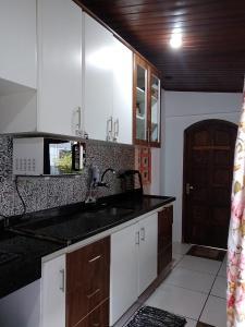 A kitchen or kitchenette at Ilha Grande Mar