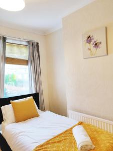 A bed or beds in a room at Large 3BR House, Central, Free Parking, Long stays sleeps 6